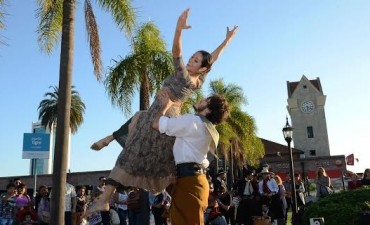 La danza folklórica argentina se disfruta en las calles de Tigre
