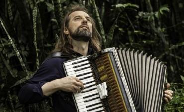 """Chango Spasiuk vuelve con """"Otras músicas"""" al ND Teatro"""