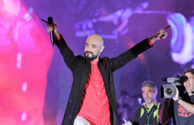 Abel Pintos profundizó su transformación pop en el Festival Nacional de Folclore de Cosquín