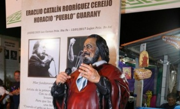 Cosquín ya luce con la estatua del legendario músico Horacio Guarany
