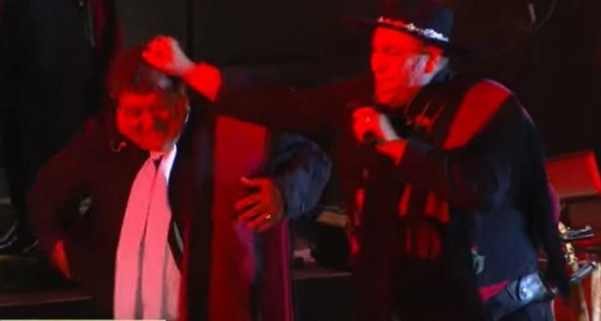 Mira el maltrato que sufrió uno de los músicos del Chaqueño Palavecino en su actuación de Jesús María