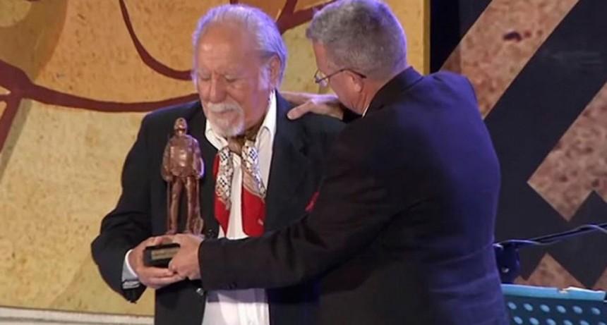 El entrerriano Víctor Velázquez recibió el Premio Camín a la Trayectoria en Cosquín
