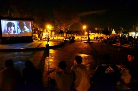 """El """"Cine bajo las estrellas""""llegó a la Plaza de los Inmigrantes Italianos, en Virreyes"""