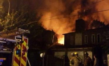 Un incendio destruyó una fábrica de zapatos en Pacheco