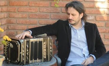 El músico cordobés Pablo Jaurena dirige la orquesta del tango de Medellín