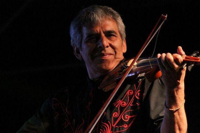 Peteco Carabajal cumple 65 años, repasa su rica trayectoria y toca con su hijo Homero