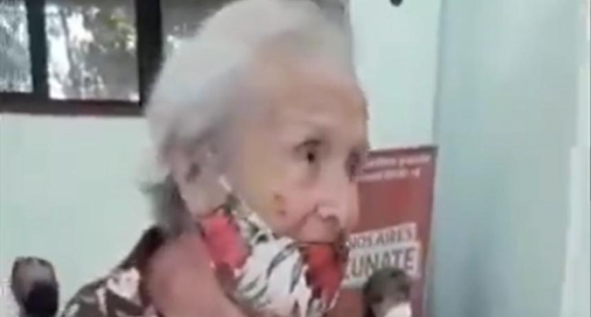 Tiene 92 años, recibió la vacuna y agradeció cantando un tango