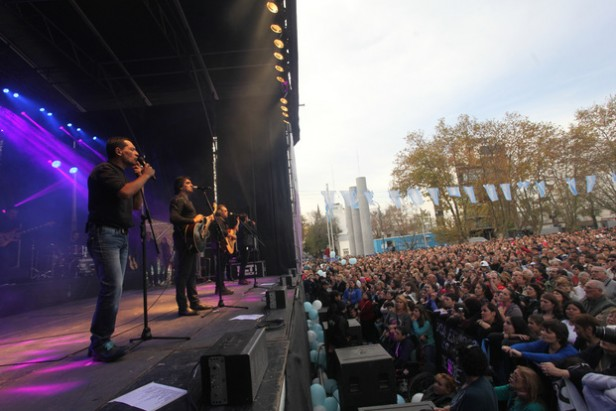 Ante una multitud Los Nocheros cerraron la jornada patria en la ciudad La Plata