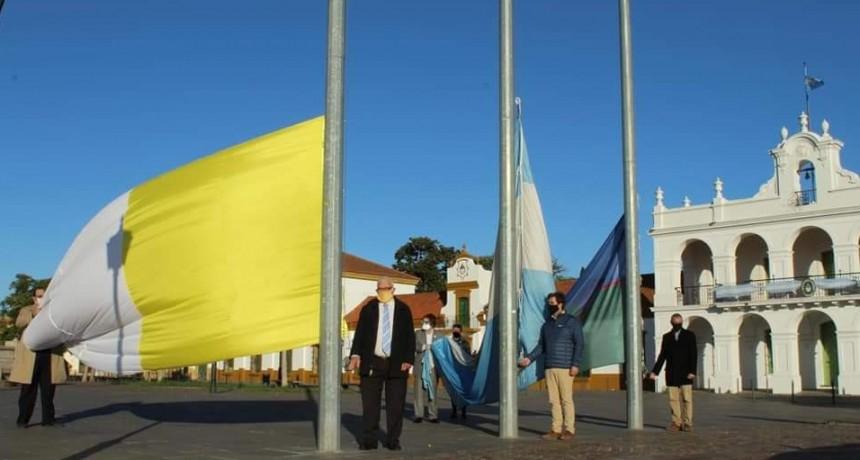 El Intendente de Lujan, Leonardo Boto, encabezó este lunes izamientos de la bandera nacional por un nuevo aniversario del 25 de Mayo