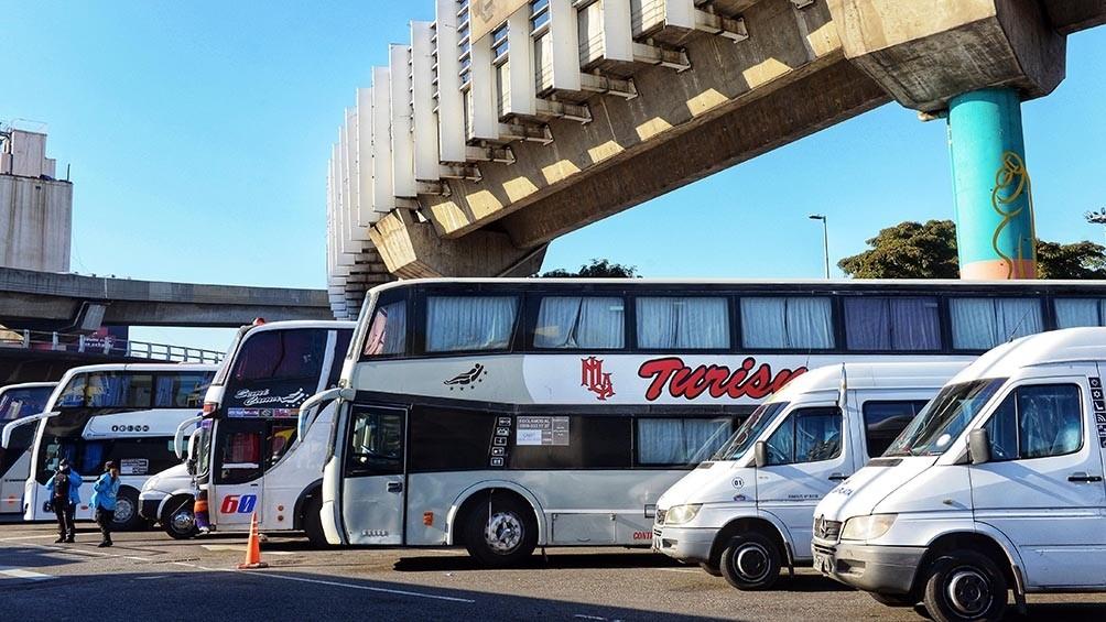 CABA: Transportistas de turismo cortan la Avenida 9 de Julio por tercer día