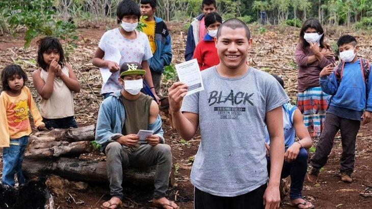 Vacunar en Pozo Azul, la entraña de la tierra roja misionera, donde vive el pueblo mbyá guaraní