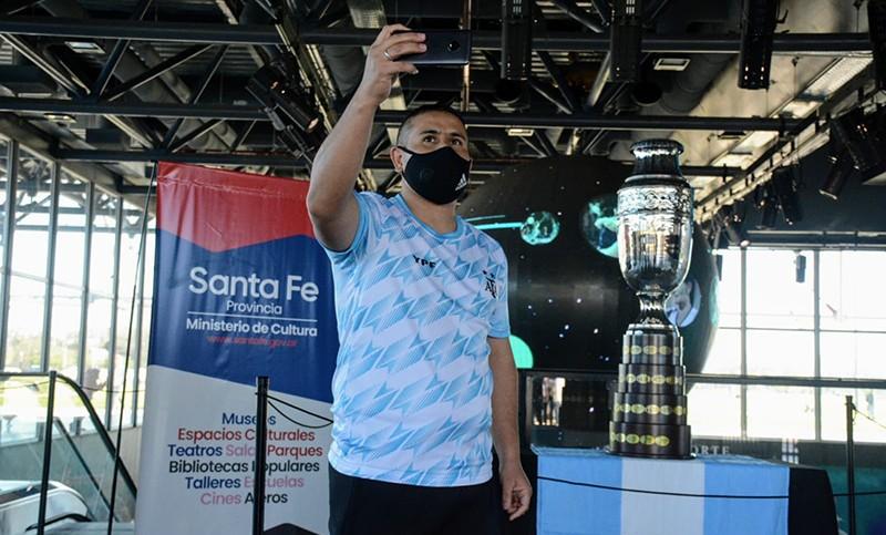 Hinchas se fotografiaron con la réplica de la Copa América en el barrio de Messi