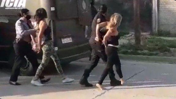 Detuvieron a Roxana Carabajal por agredir a policías que arrestaban a jóvenes por incumplir la cuarentena