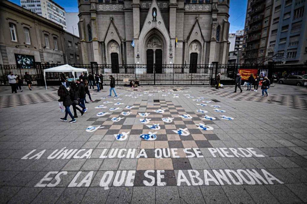 Repudian acto de vandalismo contra pañuelos de Madres y Abuelas de Plaza de Mayo en Mar del Plata