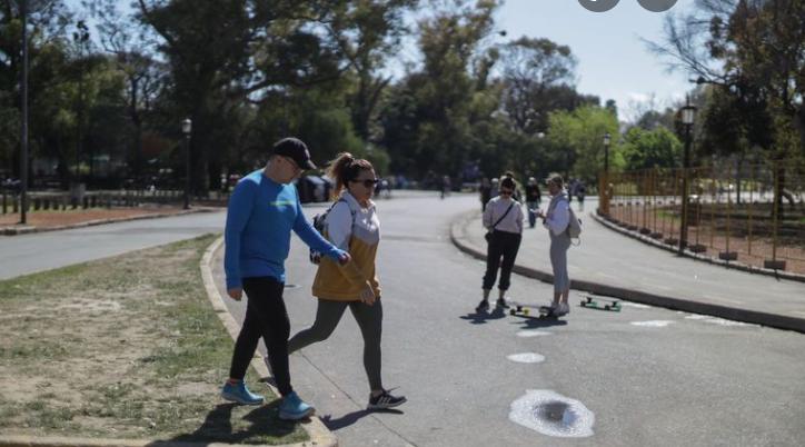 Sin tapabocas al aire libre y más aforos: el detalle de las nuevas medidas sanitarias