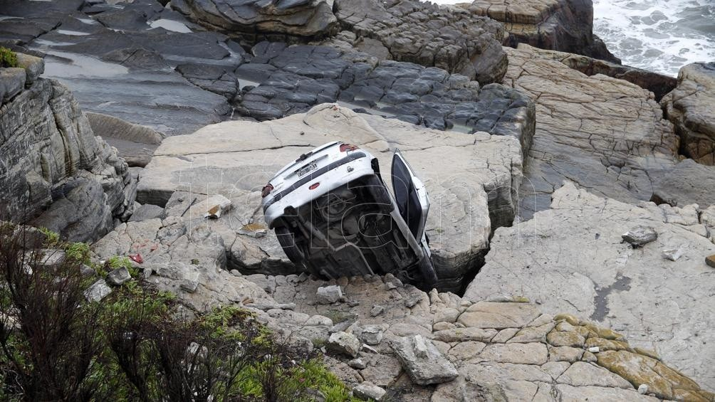 Una mujer resultó herida al despistar su auto y caer al vacío en la costa marplatense