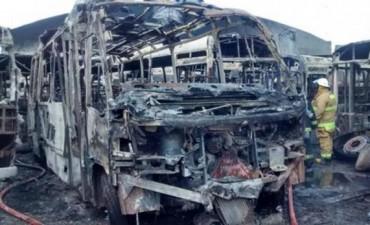 Voraz incendio en Don Torcuato se quemaron 14 colectivos en un depósito lindero a un boliche bailable de Riquelme