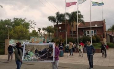 Dique Luján vecinos se movilizaron para denunciar que el Municipio entierra basura en los humedales