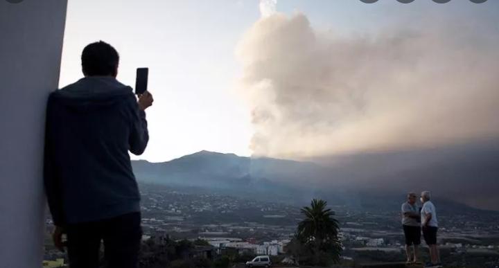 Nueva colada de lava tras el derrumbe parcial de la cara norte del volcán en La Palma