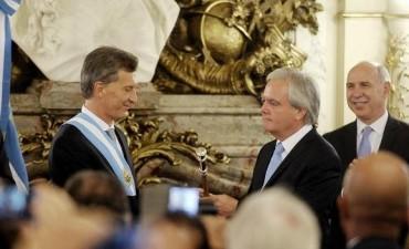 Macri recibió la banda y el bastón presidencial en una ceremonia en Casa de Gobierno